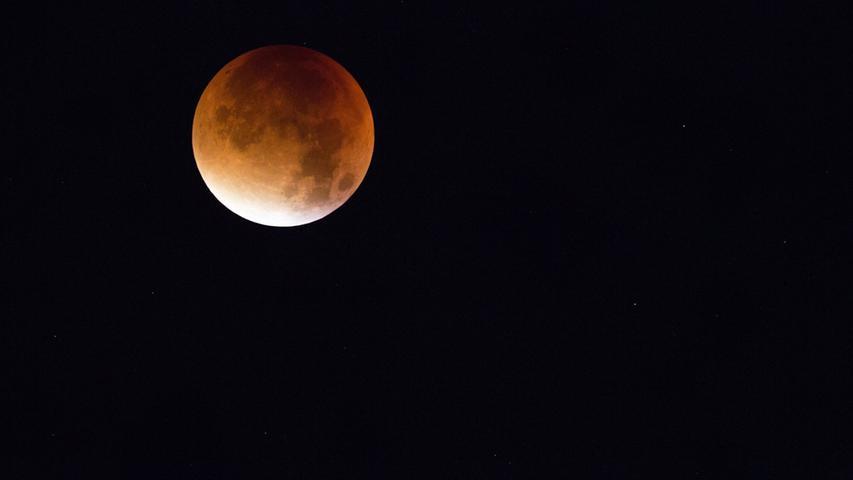 Im Gegensatz zur Sonnenfinsternis im März 2015 ist das Mond-Spektakel ganz gut mit bloßem Auge zu erkennen.
