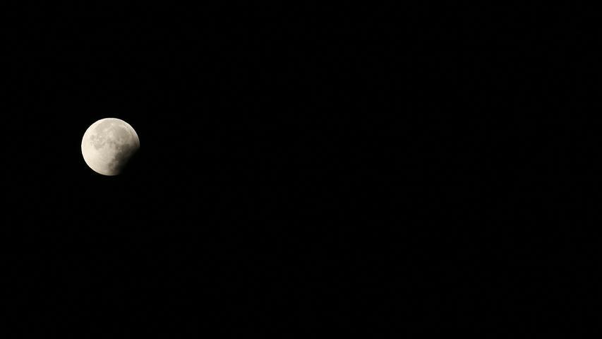 Die Mondfinsternis dauerte bis etwa 7 Uhr. Dieses Foto entstand gegen 6.30 Uhr, kurz bevor der Mond wieder seine volle Größe erreichte.