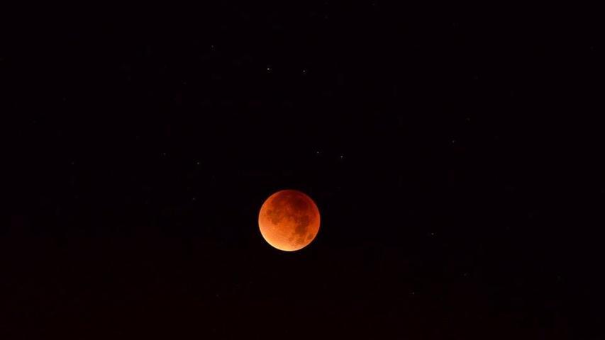 Bei einer totalen Mondfinsternis liegen Sonne, Erde und Mond in einer Reihe. Die Erde hält das Licht der Sonne ab, der Mond befindet sich also im Schatten der Erde.