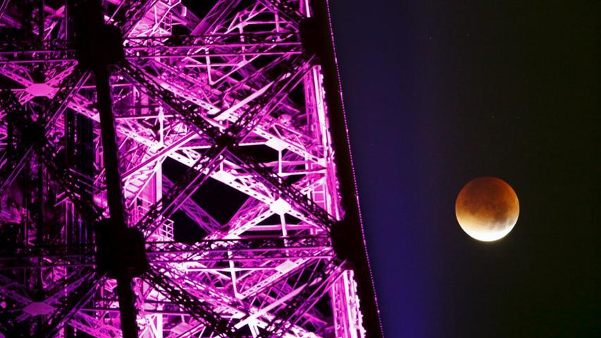 Der Blutmond schafft es sogar, das Wahrzeichen von Paris, den Eiffelturm, noch ein Stückchen schöner aussehen zu lassen.
