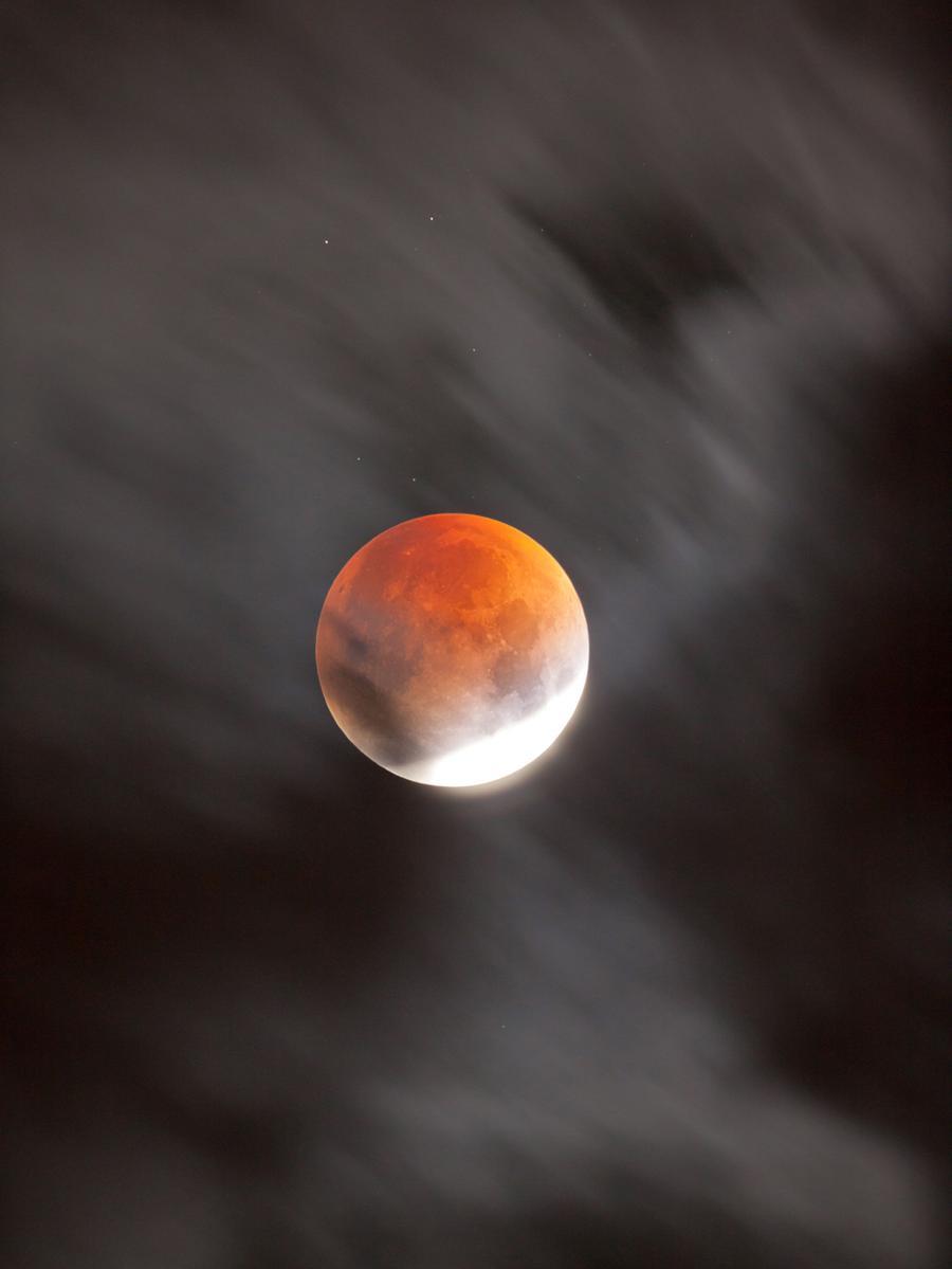 Dieses Bild zeigt den Mond hinter schnellziehenden Wolken aufgenommen wurde es in Hemhofen von Andreas Alzner.