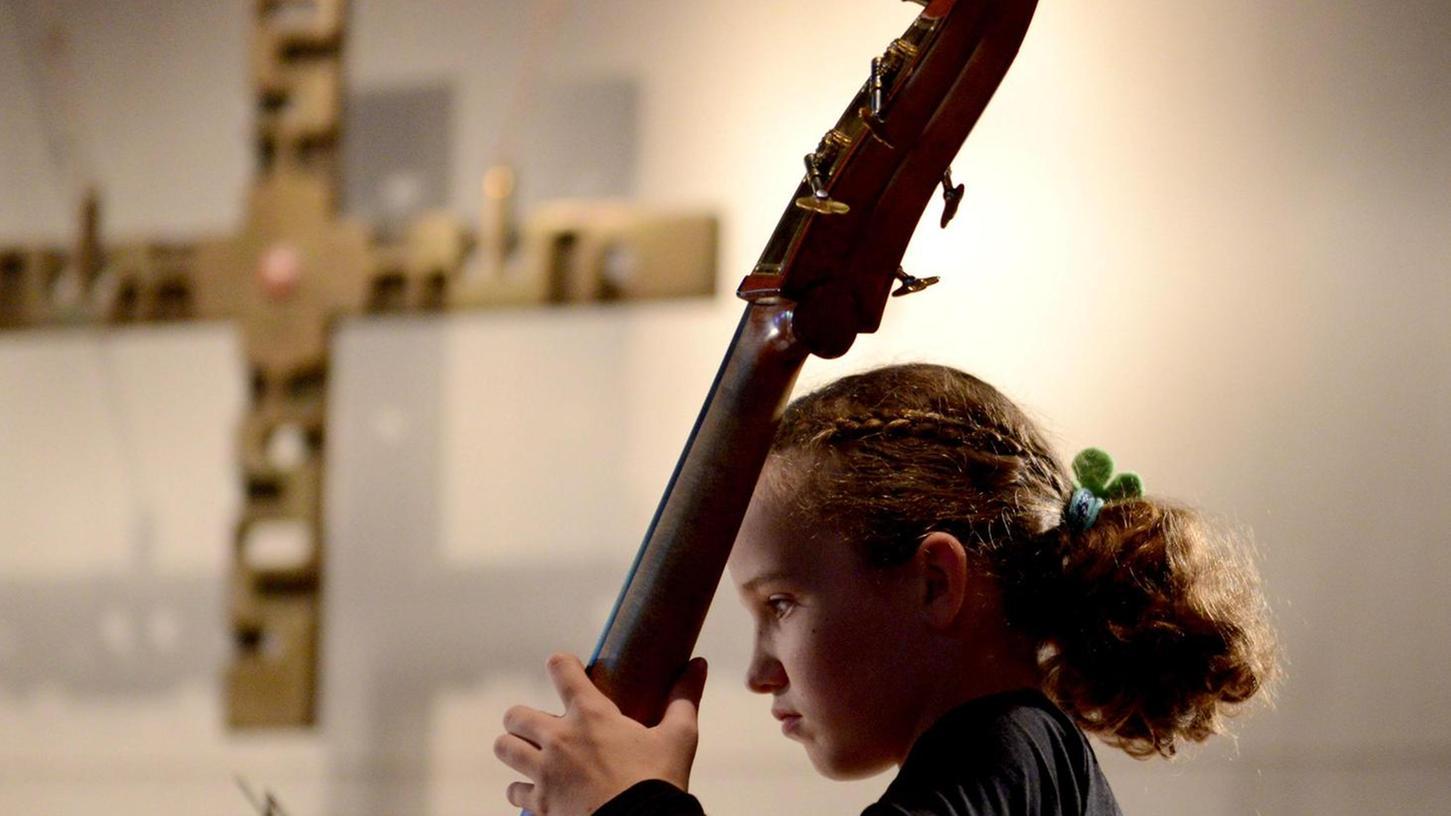 """Motiviert bis in die Fingerspitzen: Ausschnitte aus der """"Zauberflöte"""" in einer Bearbeitung für Streichorchester spielten das Vor- und Nachwuchsorchester zu Beginn."""