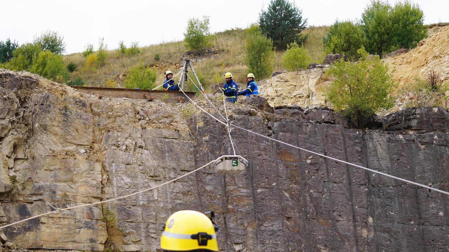 Zusammen mit Kollegen des Patenortsverbands Pirna haben THW-Helfer aus Kirchehrenbach in einem Steinbruch bei Gräfenberg verschiedene Einsatz-Szenarien trainiert, darunter den Bau einer Seilbahn.