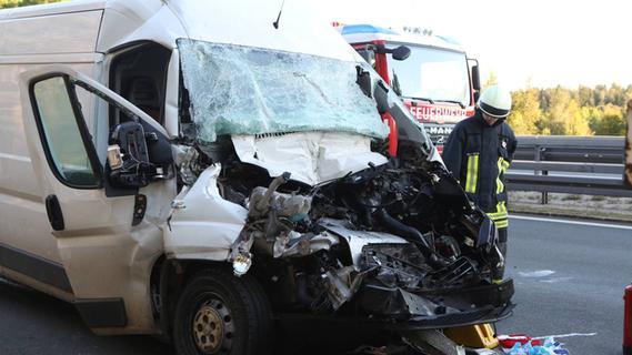 Auffahrunfall bei Alfeld: Mann wird in Auto eingeklemmt