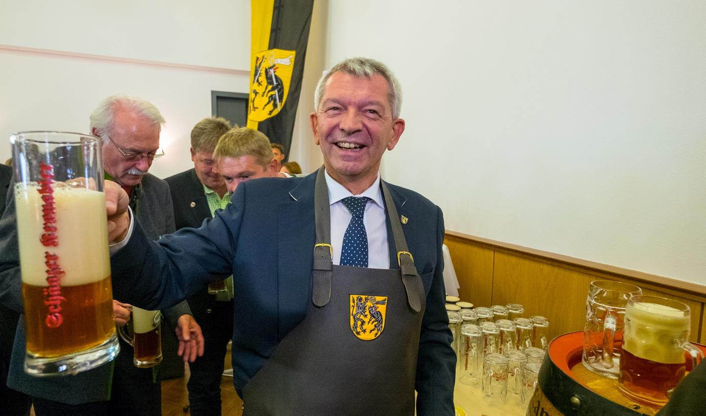 Landrat Johann Kalb zapfte das erste Fass des 36 Kreisla-Biers an.
