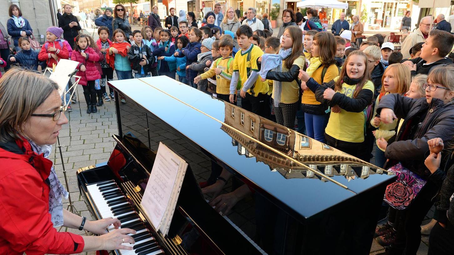 Begleitet von einem Klavier und ihren Eltern, zogen die musikalischen Kinder der Grundschule Schwabacher Straße vom Rathaus aus durch die Innenstadt.