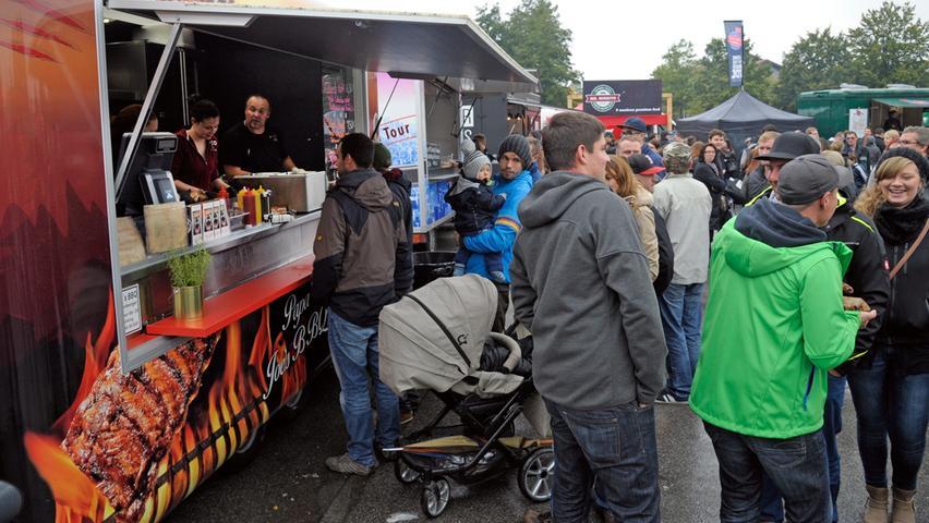 """Hot Dogs, Burger, Sandwiches, Burritos, Spätzle und was noch so alles der Magen  begehrt, wurde am Neumarkter Volksfestplatz aufgetischt. Erstmals hatte das  """"Foodtruck RoundUp on tour"""" die Grenzen Frankens verlassen."""
