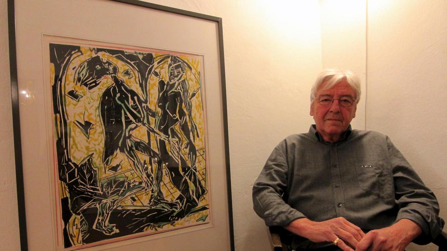 """Alle und alles Tanzen: Christian Bizeul vor einem seiner Bilder, die in der """"Galerie in der Promenade"""" zu sehen sind."""