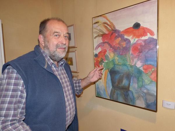 Georg Büttner vor seinem Seidenblumenbild. Drei bis vier Tage benötigt er für ein derartiges Kunstwerk.