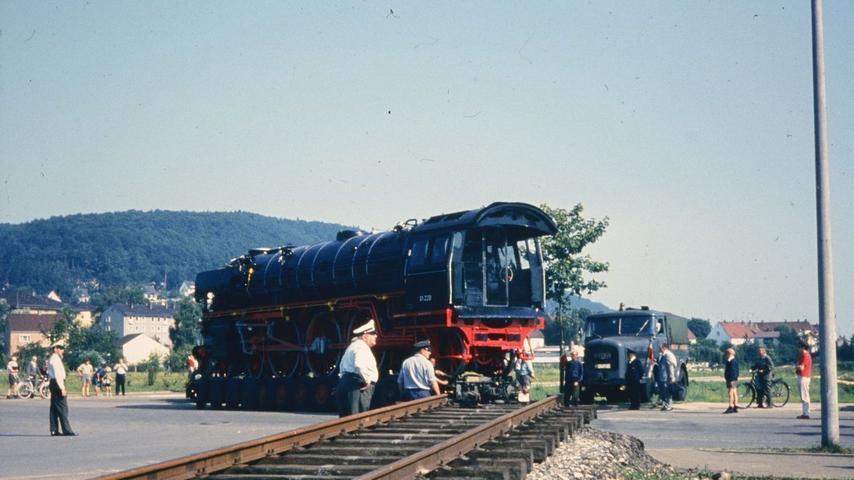 Am 17. Juli 1969 fand die Lok der Baureihe 220 01 in Treuchtlingen eine neue Heimat und wurde ein städtische Wahrzeichen der Eisenbahnerstadt.