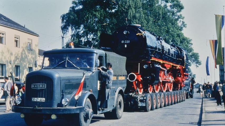 Am 17. Juli 1969 fand die Lok der Baureihe 220 01 in Treuchtlingen eine neue Heimat und wurde ein städtische Wahrzeichen der Eisenbahnerstadt. Hier das Gespann nach der Verladung am Bahnhof.