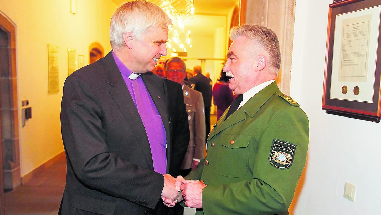 Der scheidende Polizeipräsident Gerhard Hauptmannl begrüßt Landesbischof Johannes Friedrich.
