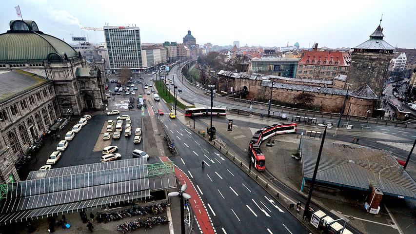 Außerdem soll der Vorplatz am Hauptausgang mit frischem Pflaster schöner werden. Damit Fußgänger, die dann in Richtung Königstor gehen, genug Platz haben, soll der Weg breiter werden.