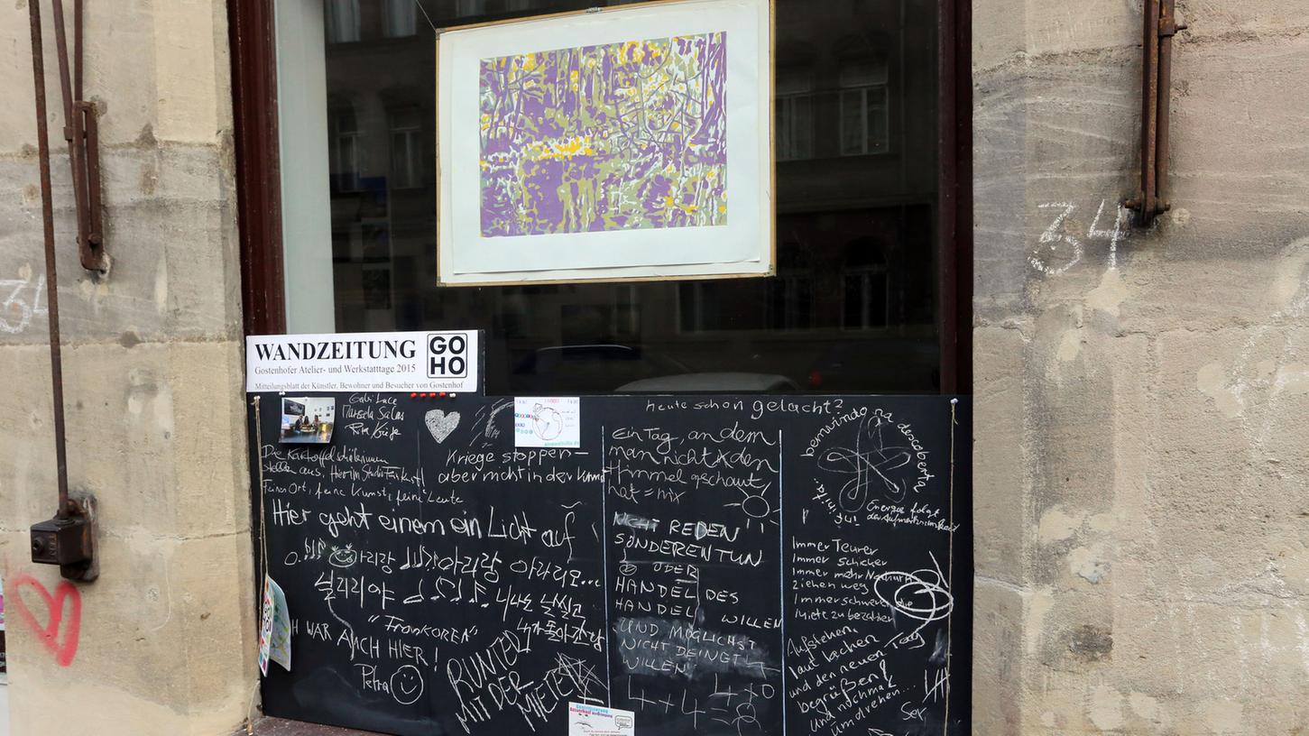 Im zweijährigen Rhythmus gibt es seit 1998 Einblicke in die Hinterhof-Ateliers und Galerien, in die Werk- und Arbeitsstätten, ins künstlerische Leben und Schaffen Gostenhofs.
