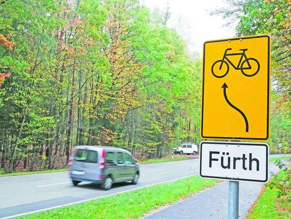 Zwischen Wachendorf und dem Bahnübergang Wachendorfer Weg werden die Radler nach Fürth von dem nach Banderbach abbiegenden Radweg auf die Straße geleitet. Hier kommen sie den schnell fahrenden Autos in die Quere.