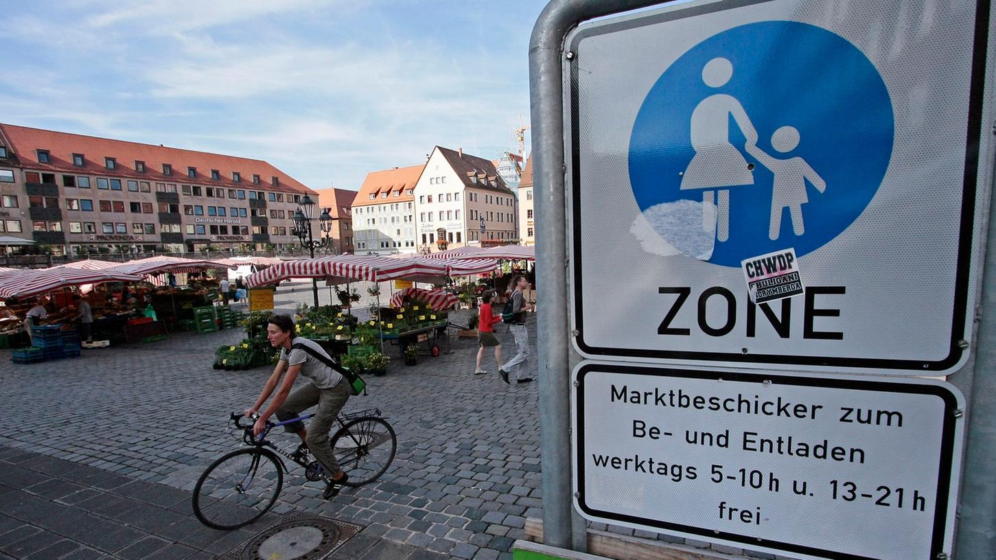 Am Nürnberger Hauptmarkt hieß es für Radler jahrelang: Absteigen, bitte! Diese Zeiten sind jetzt bald erst einmal vorbei.