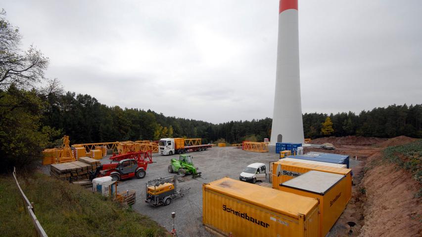 Es geht los: Der Kran für die Montage in den obersten Windrad-Etagen wird  aufgestellt.