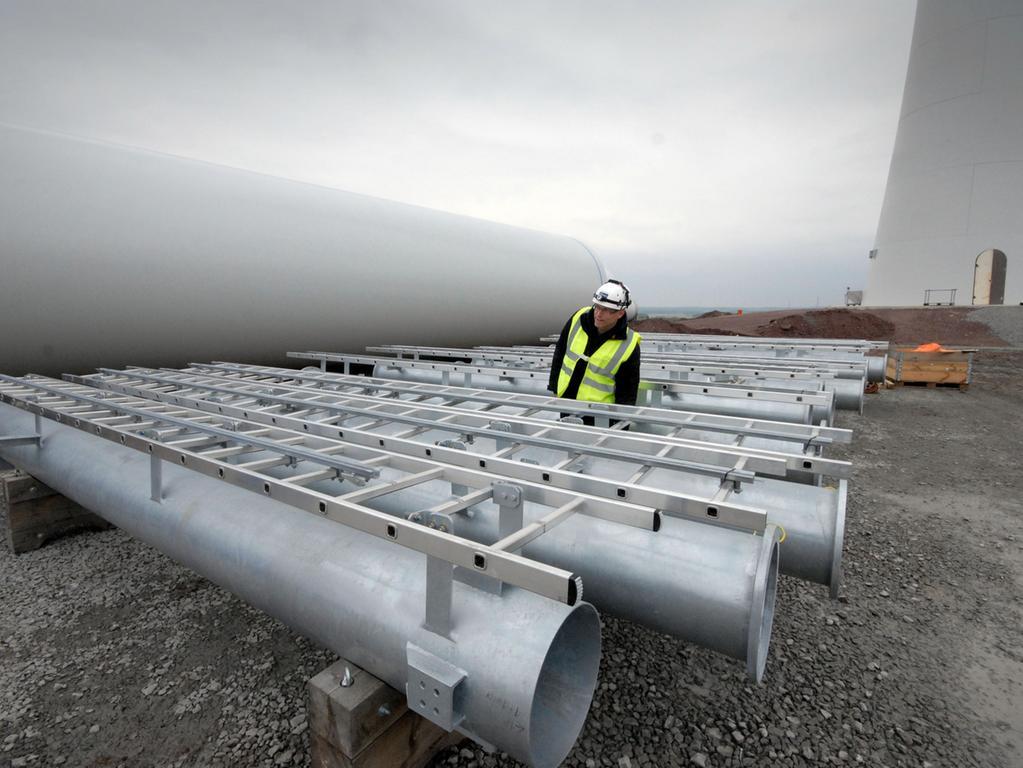 Windrad 4, Oktober: Diese Metallelemente werden später innen in den Türmen zusammengesetzt, damit  auch per Leiter die Spitze erreicht werden kann.