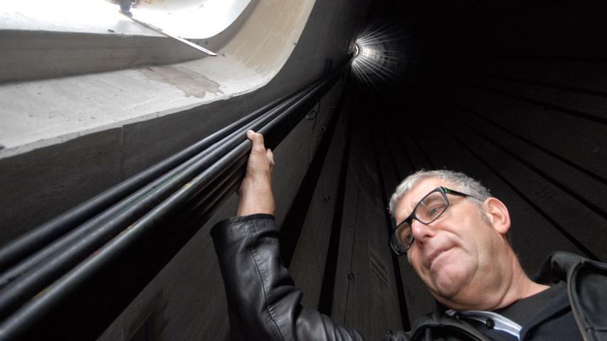 Windrad 4, Oktober: Herbert Krafft hält die Stahlseile, mit denen die Turmelemente innen verspannt  sind.