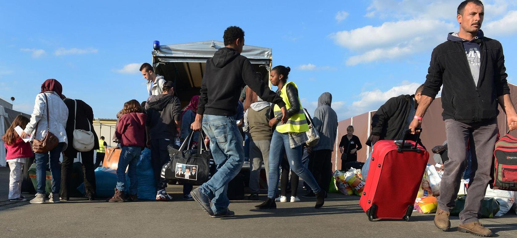 Im September zogen die ersten Flüchtlinge in das Zelt im Golfpark Atzenhof. Hier wie andernorts sieht die Polizei keine Probleme.