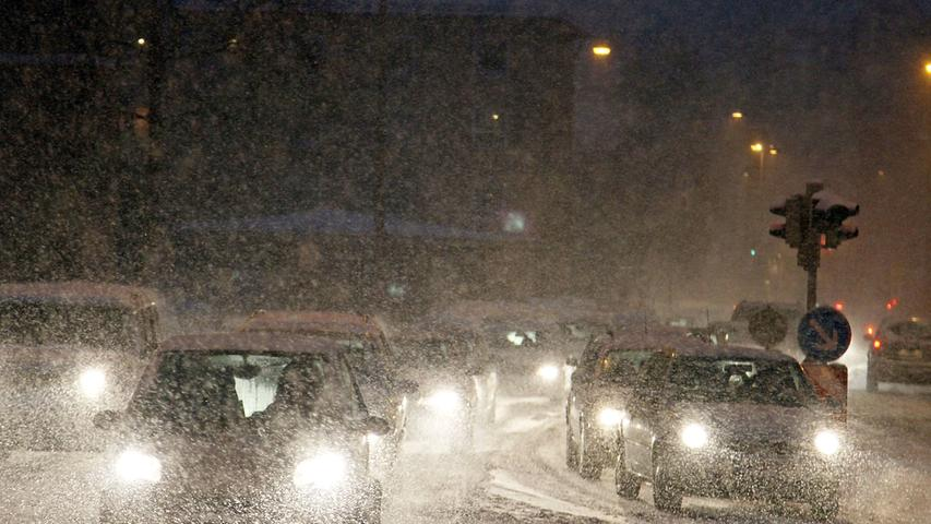 Bei so viel Schnee - wie an manchen Tagen im Winter 2010 - half nur, mit angepasster Geschwindigkeit zu fahren.