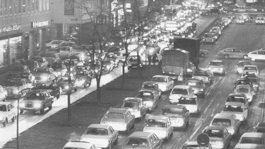 Zehn Jahre später traf erneut ein heftiger Wetterumschwung die Nürnberger. Eisregen in der ganzen Republik sorgte für sechs Todesopfer, Millionenschäden und ein Verkehrschaos. Nach mehreren Unfällen in Nürnberg auf spiegelglatter Fahrbahn ging in der Innenstadt der Noris nichts mehr.