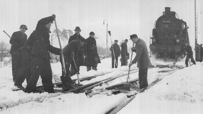 Auch den Verkehr beeinträchtigten die Schneemassen damals. Eisenbahner griffen zu Schaufel und Besen, um die Schienen freizuräumen für die Lokomotiven.