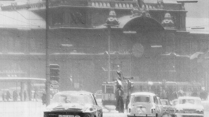 Innerhalb von 48 Stunden zog eine regelrechte Schneewelle über Nürnberg im Januar 1968. Die Autofahrer mussten sich durch das zentimeterhohe Weiß kämpfen.