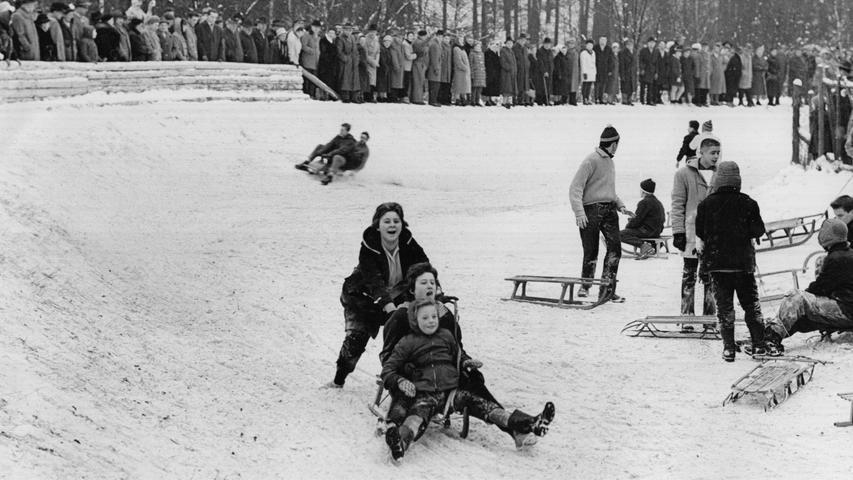 Doch die Menschen nutzten den Schneefall natürlich auch aus - im Januar 1960 trafen sich überall in Nürnberg Tausende von Menschen, um die weiße Pracht zu bewundern oder die Rodelbahn am Schmausenbuck hinunterzufahren.