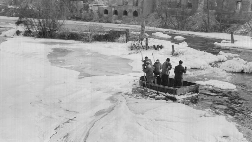 Im Januar 1954 hatte sich sogar richtiges Packeis in der Pegnitz oberhalb der Karlsbrücke gebildet, so dass Wasser nicht mehr abfließen konnte. Das Wasserwirtschaftsamt setzte deswegen sogar