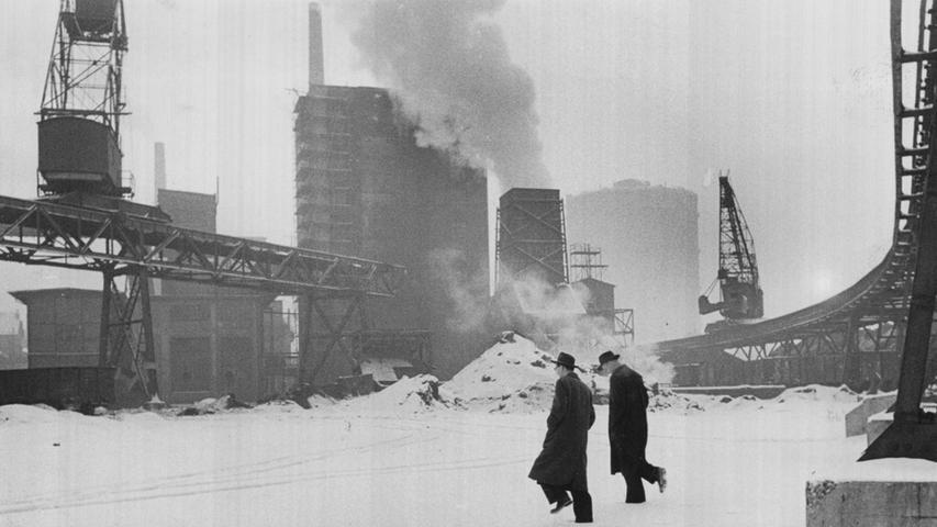 Die kalten Winter setzten den Menschen zu, denn die Versorgung mit Heizmaterial und Lebensmitteln litt unter der Kälte. Im Februar 1956 herrschte gähnende Leere auf den Kohlelagerplätzen im städtischen Gaswerk. Nur einige spärliche Halden sind zu sehen. Der Monat sollte als der