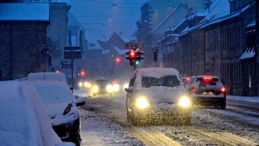Mehrmals überraschten Schnee und Glätte die Autofahrer und sorgten damals für Verkehrschaos und schwierige Straßenverhältnisse - wie hier in Fürth.