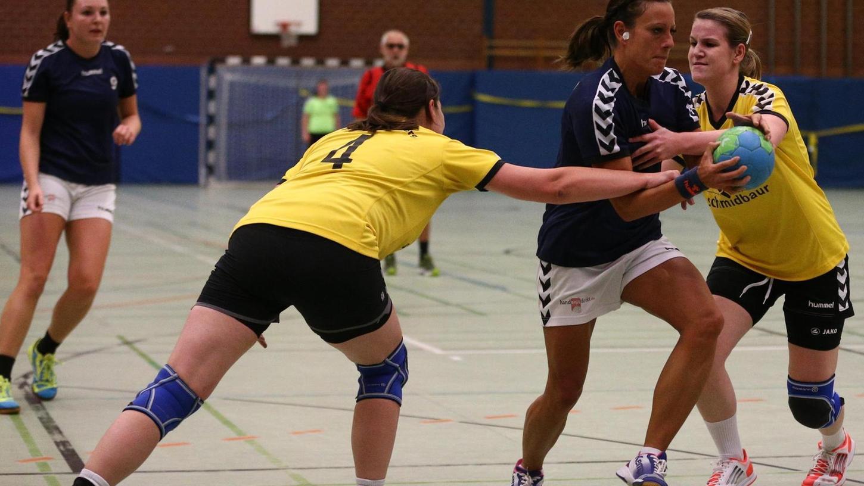 Die Steinerin Stefanie Urban (am Ball) gerät in die Fänge des Post SV Nürnberg. Corinna Busse (links) und Lisa Werzinger halten sie mit vereinten Kräften.