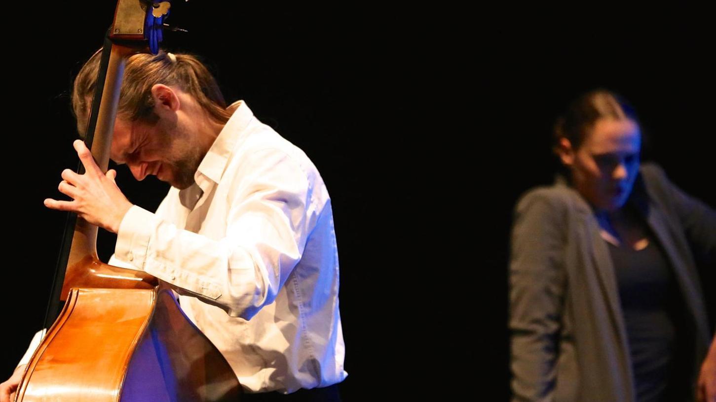 Die Tänzerin Eva Bormann und der Kontrabassist Ferdinand Roscher inspirieren einander zu starkem Ausdruck.
