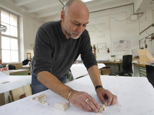 """Handwerk zwischen Tradition und Technik: Alexander Grämers Betrieb """"Modellbau Ardes"""" stellt Prototypen unterschiedlichster Art her."""