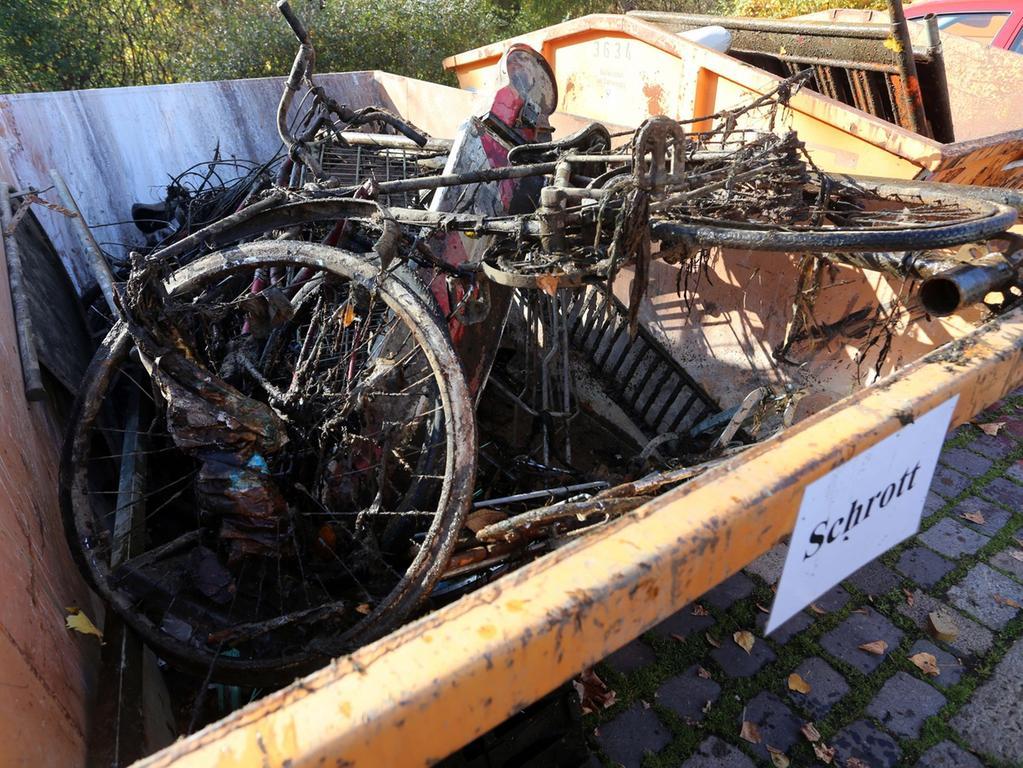 Motiv: Säuberungsaktion von Pegnitz und Wöhrder See Parkplatz  Westbad......Foto: Roland Fengler....Datum: 31.10.2015....Ressort: Lokales