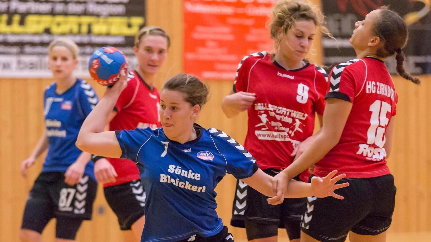 Beim Derby bei der HGZ-Reserve setzt sich Evelyn Knorr (in Blau, MTV Stadeln) gegen die Zirndorferinnen Svenja Pfrengle und Iris Blankenship (rechts) durch.