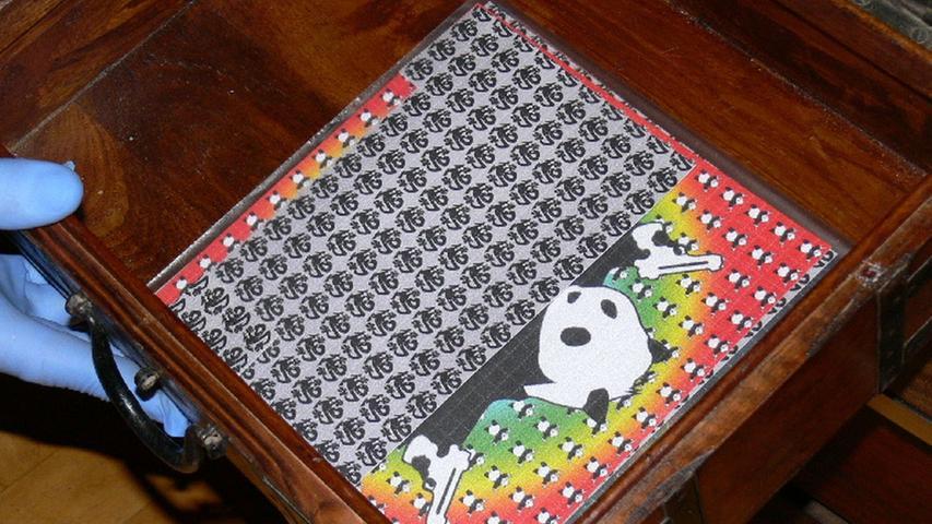 LSD (Lysergsäurediethylamid), auch Acid genannt, ist ein Derivat der Lysergsäure und wurde ursprünglich auf chemischem Wege aus dem Mutterkorn gewonnen, einem Pilz, der vornehmlich Getreide befällt. Inzwischen wird die Droge auch vollsynthetisch hergestellt.   LSD wird meist in Flüssigkeit gelöst und auf Trägersubstanzen aufgebracht, beispielsweise Papier. Es gilt als eines der stärksten bekannten Halluzinogene und kann schon in geringen Mengen massiv halluzinogen wirken. LSD spielt in der Drogenszene eine untergeordnete Rolle, der Drogenbericht der Suchtbeauftragten spricht davon, dass sich die LSD-Zahlen