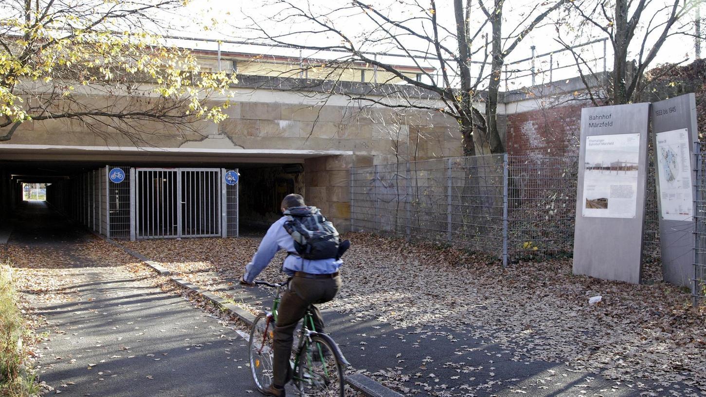 Alles andere als ein würdiger Erinnerungsort: Zwei Info-Stelen weisen auf den Bahnhof Märzfeld hin, der Tunnel, der unter den Gleisen hindurchführt, ist ebenfalls keine Augenweide.