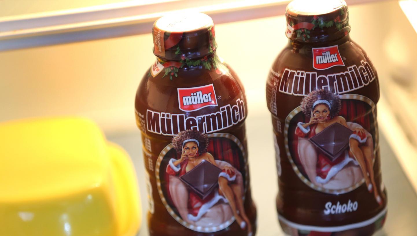 Wegen einer Werbekampagne mit Flaschen wie diesen sieht sich die Molkerei Alois Müller mit Sexismus- und Rassismus-Vorwürfen konfrontiert.