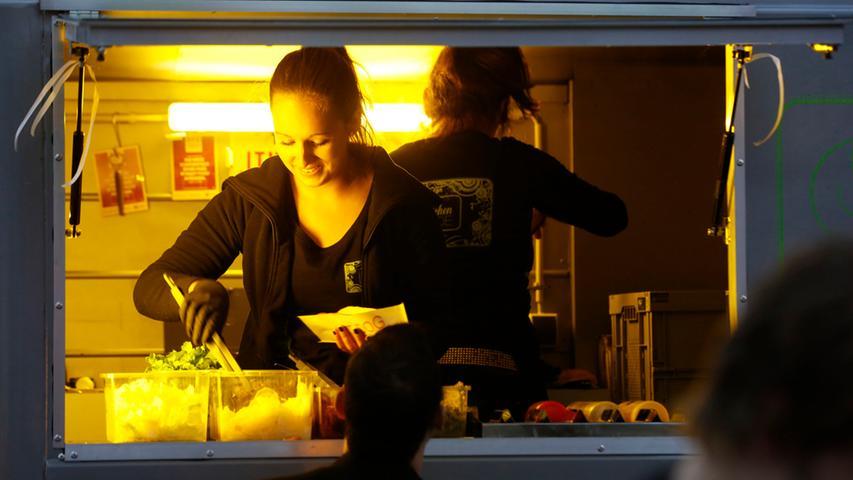 Nuernberg , 13.12.2015..Ressort: Lokales Fotografie: Stefan Hippel..Messe  Nuernberg , Street Food Market , Selina Vetter macht Hotdogs in der Kitchen  Made..