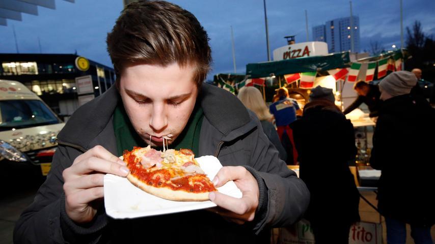Nuernberg , 13.12.2015..Ressort: Lokales Fotografie: Stefan Hippel..Messe  Nuernberg , Street Food Market , Sebastian Schick probiert Pizza..