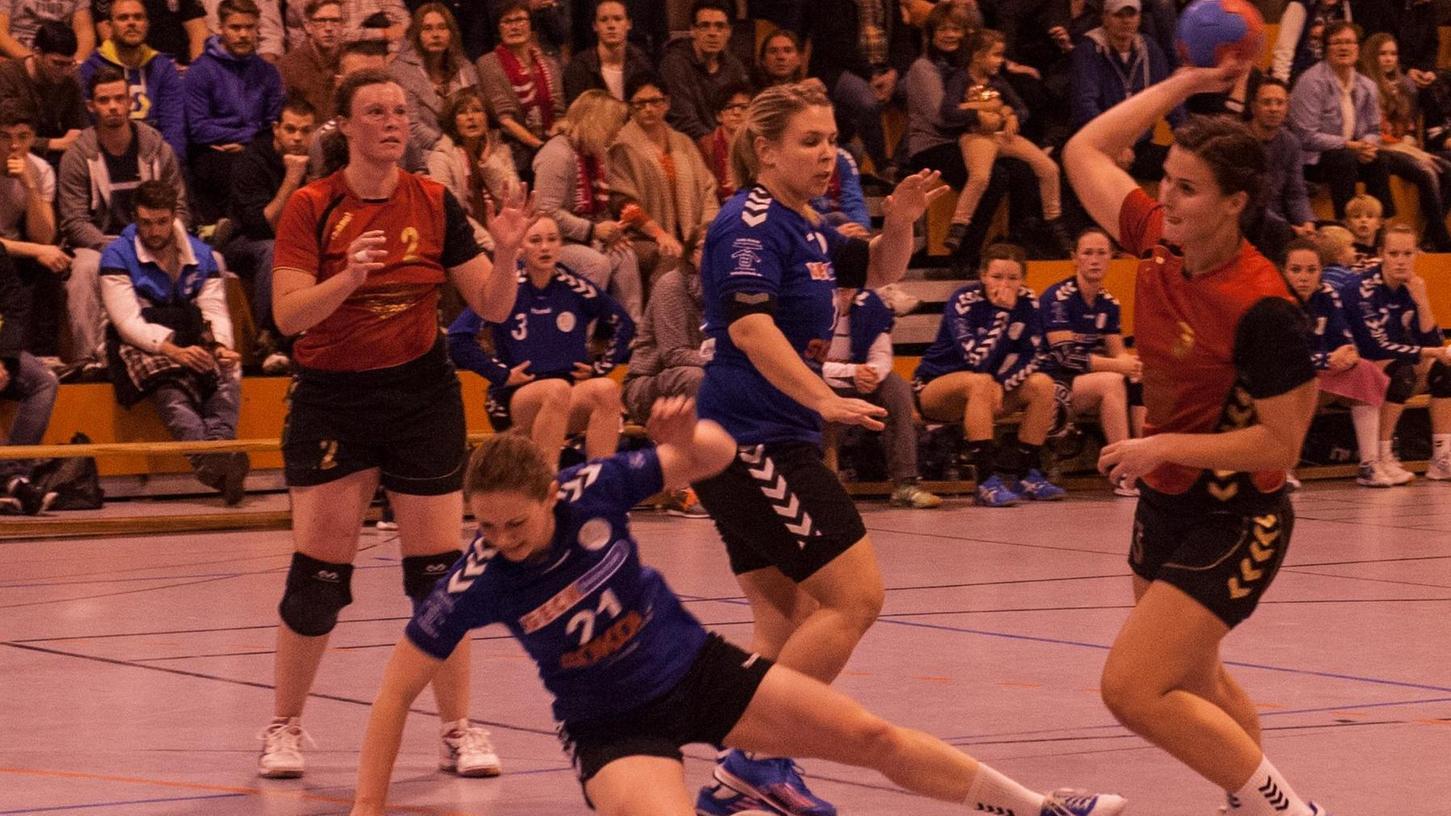 Buckenhofens Damen (in rot) um Katharina Anderl (re.) verlangten dem favorisierten HC Forchheim (blaue Trikots) in einem unterhaltsamen Stadtduell einiges ab.