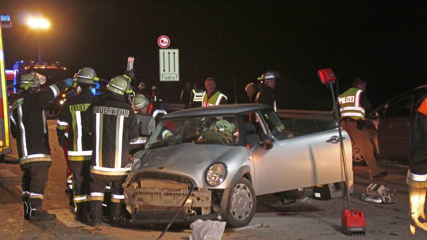 Die Beifahrerin mussten von der Feuerwehr aus dem Wrack geschnitten werden.