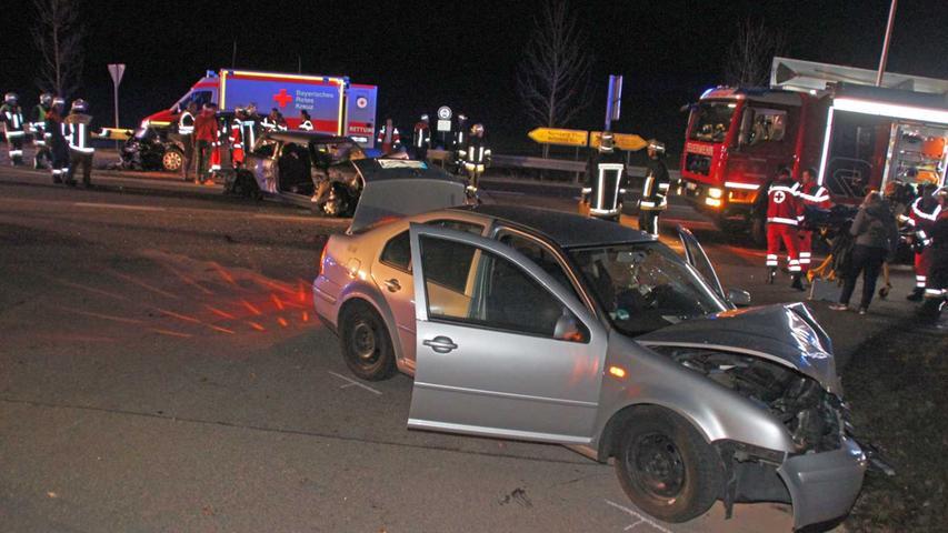 Fünf Verletzte und 50.000 Euro Sachschaden waren das Fazit eines schweren Unfalls, an dem drei Autos beteilgt waren, auf der B2 nahe Rehlingen.
