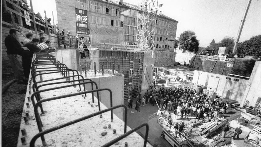 Am Donnerstag öffnet das Metroplex-Kino in Fürth seine Pforten für Kino-Fans. Auch das Nürnberger Multiplexkino hat dieses Jahr Grund zur Freude und feiert sein zwanzigjähriges Jubiläum. Wir erinnern uns in unserer historischen Bildergalerie an den Bau des Cinecitta und Imax-Kinos.   Sechs Jahre dauerte es, bis der fränkische
