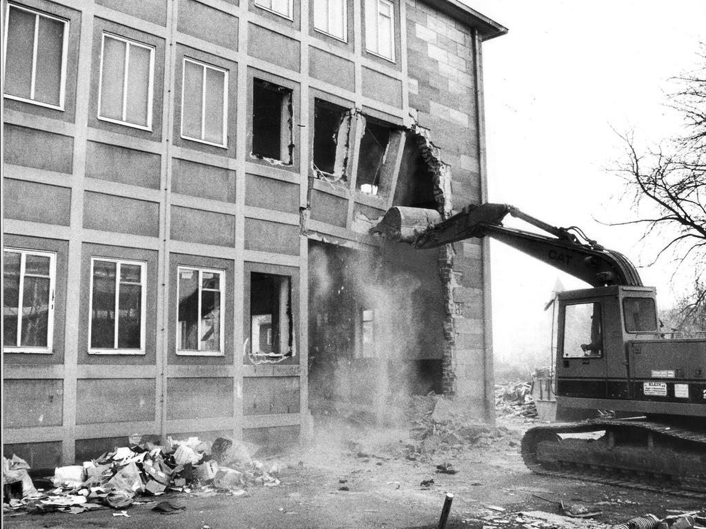 Der Startschuß für den Bau des Cinecittá-Komplexes fiel im Februar 1994: Arbeiter rückten mit einem Bagger der alten Maschinenhalle auf dem ehemaligen LGA-Gelände am Gewerbemuseumsplatz zu Leibe. Zwölf Säle mit 3000 Sitzplätzen, zwei multifunktionale Räume, eine Werkbühne sowie zwei Restaurants, Bars und ein Terrassencafe waren geplant.