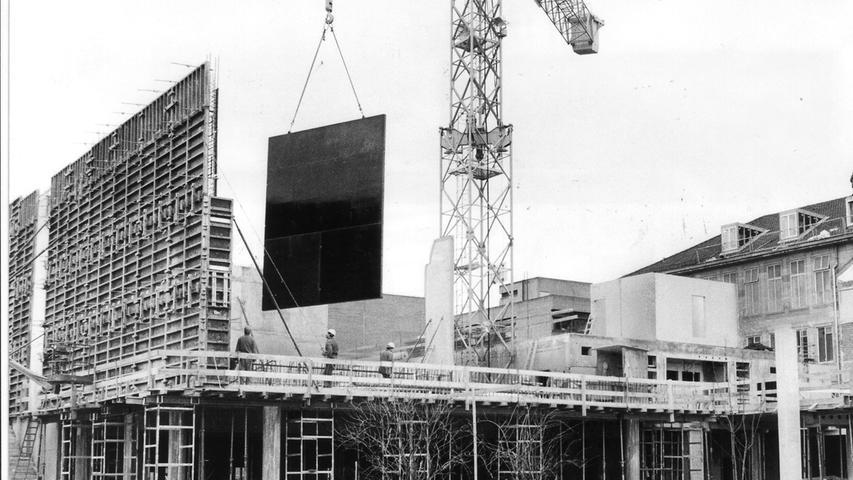 52 Millionen Mark kostete der Bau, der zunächst zwölf Kinosäle, den Glaspalast im Eingangsbereich mit zehn Kinokassen und einem Shop für Poster und Bücher umfasste. Auch verschiedene Restaurants entstanden.