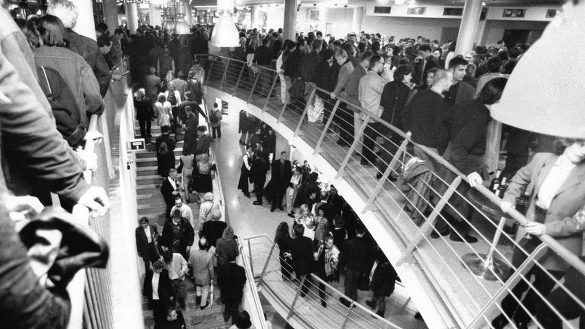 Dicht an dicht drängten sich die Menschen, um einen Blick in Nürnbergs neues großes Kino werfen zu können.