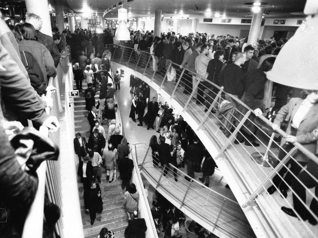 Dicht an dicht drängten sich die Menschen, um einen Blick in das große Kino werfen zu können.
